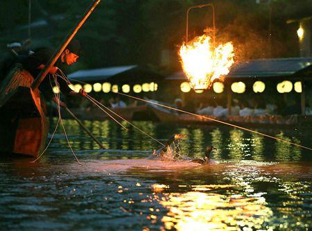 かがり火の下、手縄巧みに 京都・嵐山鵜飼始まる