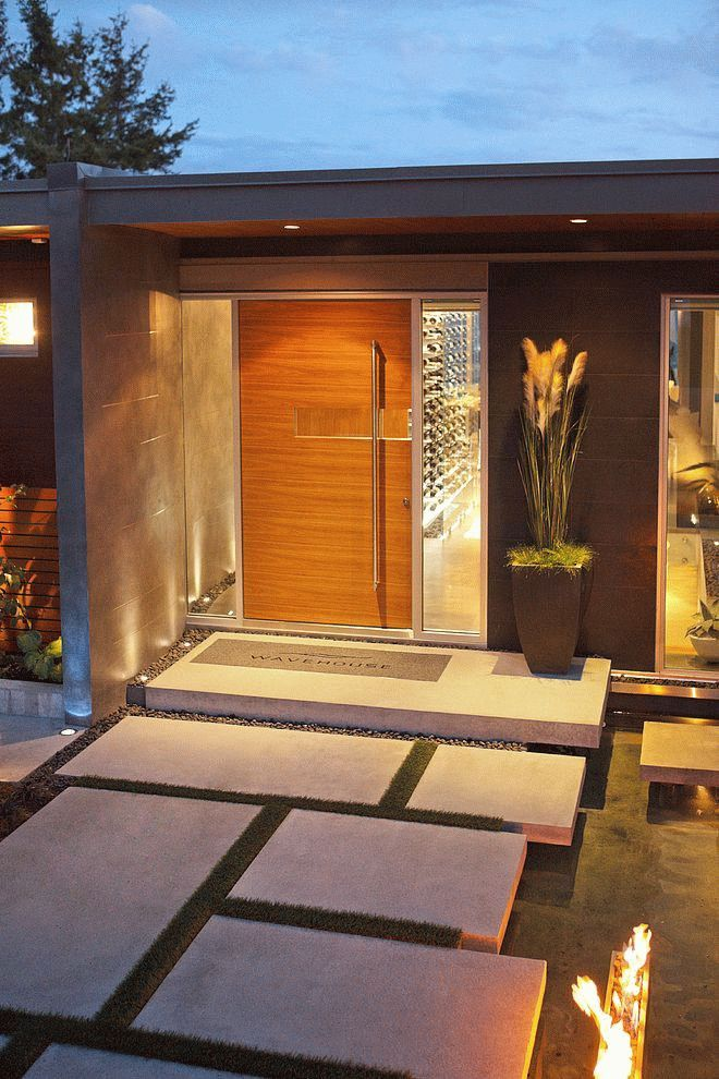 Бетонное крыльцо с деревянной дверью