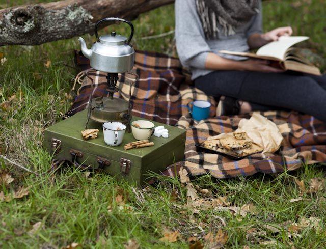 pique-nique, réchaud, bouilloire et tasses pour le thé, automne