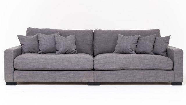 Valen är vår skönaste soffa. Djup och härlig och med ett tyg i linne.