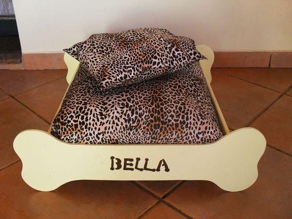 Cama para cachorro em MDF . O colchão em tecido e manta acrílica não está incluso. Preço R$ 40,00. A decoração da madeira e do colchão pode ser mudada.    Veja outras opções de caixas para guardar as comidinhas de seu bichinho de estimação: http://www.elo7.com.br/caixa-pet/dp/10E429 - caixa com tampa http://www.elo7.com.br/bau-pet/dp/10E41F - bauzinho