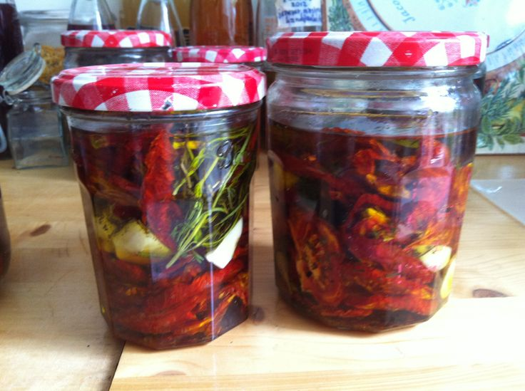 oogst in potjes. eerst tomaten drogen en dan op olijfolie met kruiden en knoflook