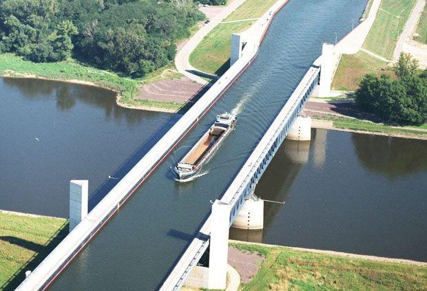 Canal navegável cruza (por cima!) rio alemão... so awesome!! didnt know this was possible.