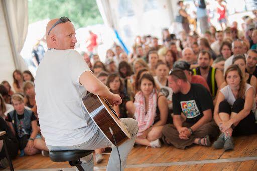 Warsztaty gitarowe z Piotrem Bukartykiem na #ASP  19. Przystanku Woodstock. Zdjęcia użytkownika Wielka Orkiestra Świątecznej Pomocy w Google+