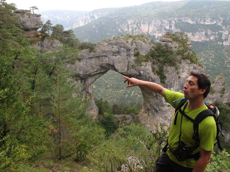 Sylvain Riols montre une arche  naturelle de 40 mètres de haut dans les gorges de la Jonte