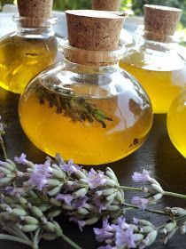 OLII ESSENZIALI fatti in casa lavanda, timo, salvia, basilico In vaso mettere in parti uguali olio di oliva e alcol 90° e immergerci le er...