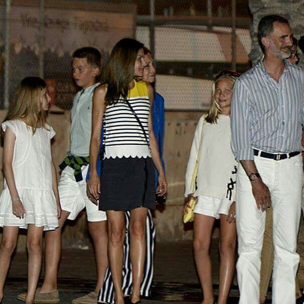 The Royal Family and members of the King's family at a dinner date | 31.07.2017   #KingFelipeVI, #QueenLetizia, #CrownPrincessLeonor, #InfantaSofía, #QueenSofia, #InfantaElena, her children, Felipe Froilan and Victoria Federica Marichalar, and Juan, Pablo, Miguel and Irene Urdangarin went to have dinner at Ola del Mar restaurant, inPalma of Majorca, after the photocall  @holacom