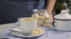 Receita com instruções em vídeo: Que tal fazer esse maravilhoso e super fácil biscoito amanteigado para o chá da tarde? Ingredientes: 200g de farinha de trigo, 55g de amido de milho, 1 pitada de sal, 200g de manteiga em temperatura ambiente, ¼ xícara de açúcar de confeiteiro + 2 colheres de sopa para polvilhar