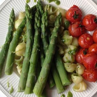 Delicious and healthy Recept: http://makkelijkemaaltijd.24kitchen.nl/recepten/tagliatelle-met-zelfgemaakte-pesto-en-groene-asperges