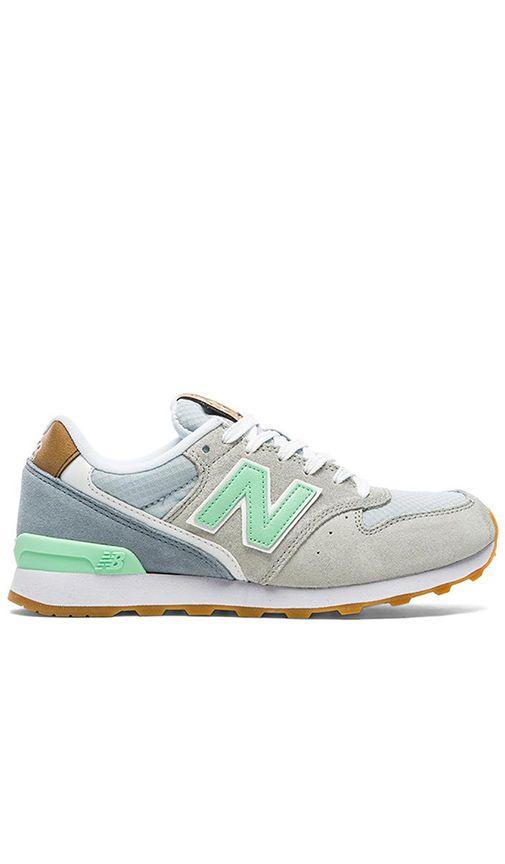 New Balance 696 Sneaker en Gris & Vert | REVOLVE