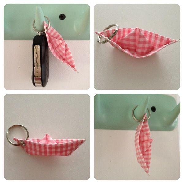 """Kleines """"Papier""""Schiffchen aus Wachstuch als Schlüsselanhänger, zum Anhängen an eine Tasche, Jacke oder was Dir sonst so einfällt... Es ist ca 8x2"""