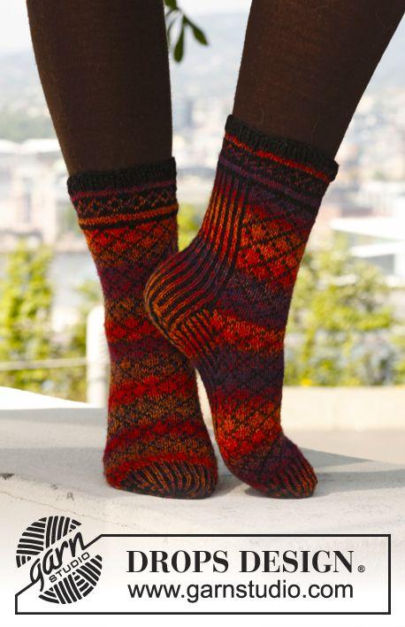 """Stickade DROPS sockor i """"Fabel"""" med mönster. Stl 35 - 43. ~ DROPS Design Garnförslag: teetee halti, svart färg: 0003, rödmelerat färg: 0102"""