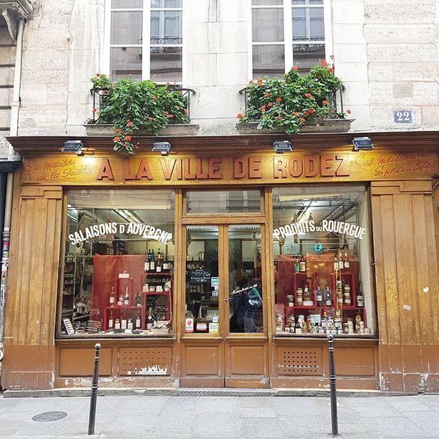 Paris, rue Vieille du Temple. Boutique Auvergne.