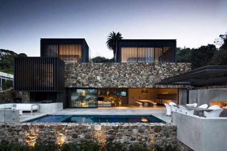 Situada en Waiheke Island, Nueva Zelanda, la residencia Local Rock House fue diseñada por la oficina Patterson Associates Ltd. Este proyecto se crea para una familia expatriada. Su emplazamiento se ubica en una escarpa roca frente a la costa oriental, justo por encima de una playa de arena blanca de pohutukawa y se accede por un carril frente a la misma playa.