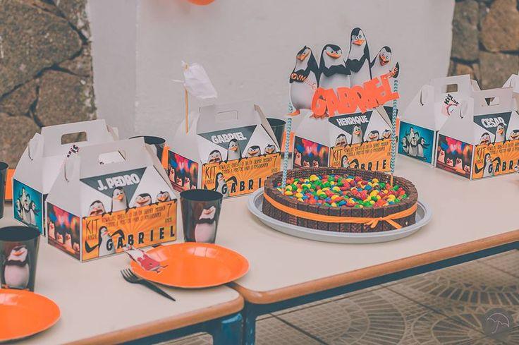 Mesa linda com os Kit Lanches dos Pinguins de Madagascar e o delicioso bolo de cenoura com a decoração fofa do bolo !!