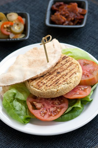 Chickpea veggie burger. Vegan and #organic recipe.  Hamburger vegetariano di ceci. Vegetariano e vegano. #Bio #Ricetta