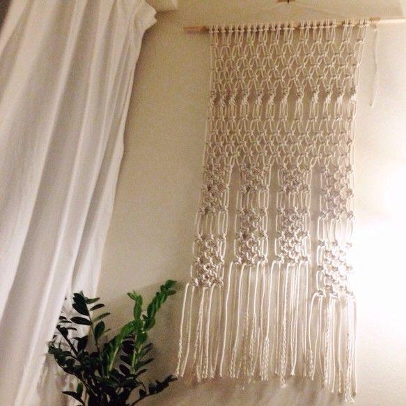 マクラメ編みで編み上げたタペストリーです。1つ1つ手で編み上げていますので、1点ものです(^ ^)サイズ 横 120cm × 230cm素材 木 綿ロープお値段お下げしました^_^