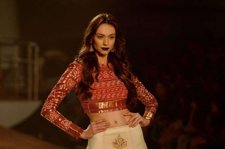 An Indian model presents a creation by Indian designer Monisha Jaisingh during the Amazon India Couture week 2015 in New Delhi.