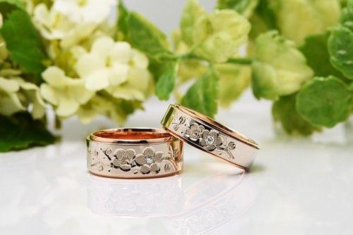 結婚指輪|花4種うめ。可愛らしい梅の花が手彫りされた結婚指輪。詳しくは、館林工房スタッフブログ「可愛らしく美しい梅の結婚指輪。」でご紹介しています。
