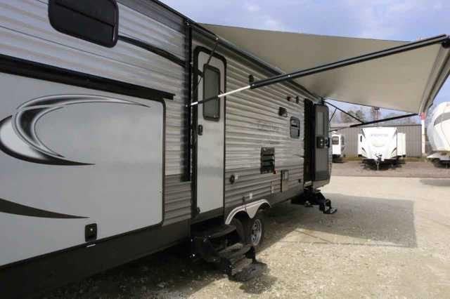 2016 New Coachmen CATALINA 321BDHSCK SBX Travel Trailer in Texas TX.Recreational Vehicle, rv, MOCHA DECORCUSTOMER VALUE PACKAGE – SBX, 13.5 BTU DUCTED A/C,6 GAL GE DSI WATER HEATER,RANGE W/OVEN IPO 3 BURNER COOKTOP,RANGE HOOD, MICRO WAVE,SKYLIGHT ABOVE TUB/SHOWER,PLEATED NIGHT SHADES IN LIVING ROOM,POWER ELEC AWNING,STAB JACKS(4),OUTSIDE MARINE GRADE SPEAKERS,REAR VIEW WIRELESS CAMERA SYSTEM PREP,FRONT DIAMOND PLATE,SPARE TIRE & COVER, WATER HEATER BY-PASS WINTERIZATION KIT (RETAIL VALUE…