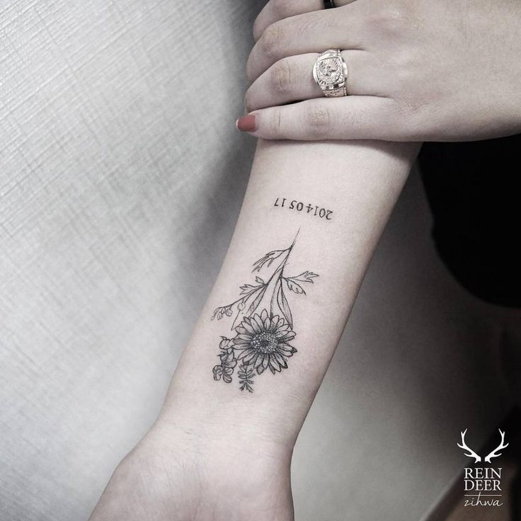 Daisy tattoo on the inner forearm. Tattoo artist: Zihwa
