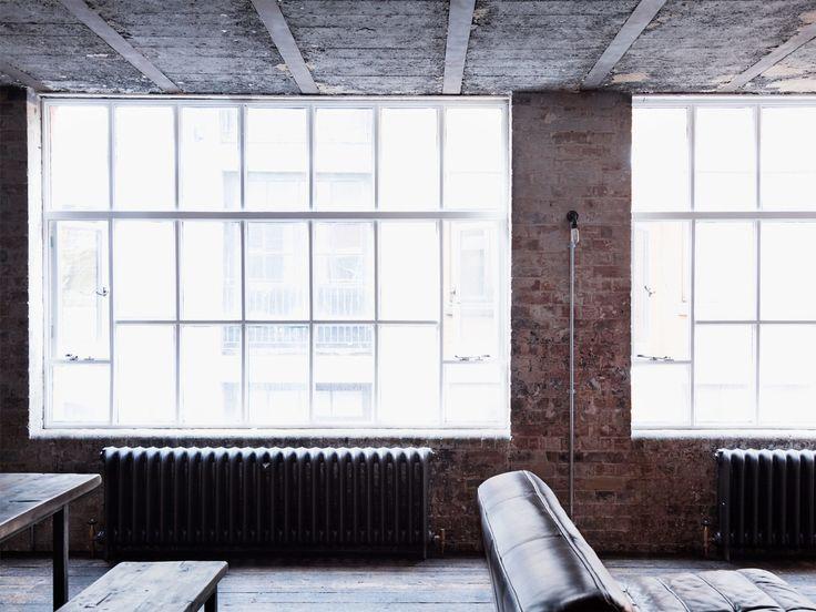 Винтажные викторианские радиаторы под большими окнами цеха добавляют антикварного шарма.  (индустриальный,лофт,винтаж,стиль лофт,индустриальный стиль,интерьер,дизайн интерьера,мебель,архитектура,дизайн,экстерьер,квартиры,апартаменты,гостиная,дизайн гостиной,интерьер гостиной,мебель для гостиной,фото гостиной,идеи гостиной) .