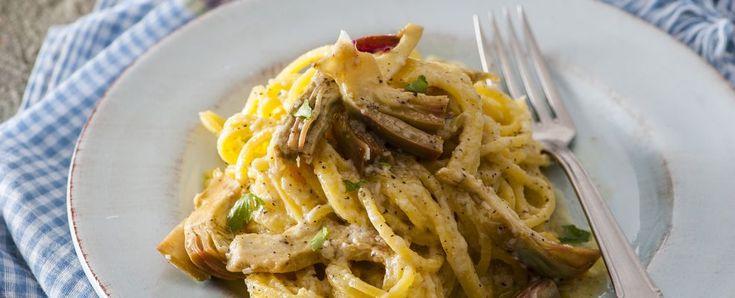 3 carciofi, 100g pecorino, 1/2 spicchio aglio, prezzemolo, olio, pepe  Pulisci i carciofi e tagliali a fettine. Scalda un filo d'olio con l'aglio, eliminalo quando incomincia a prendere colore, unisci i carciofi, salate e cuoci per 10' insaporendo con prezzemolo - versa un filo d'olio in una terrina calda, unisci il pecorino e un mestolo acqua di cottura della pasta e mescola per sciogliere il formaggio; pepa bene, unisci gli spaghetti