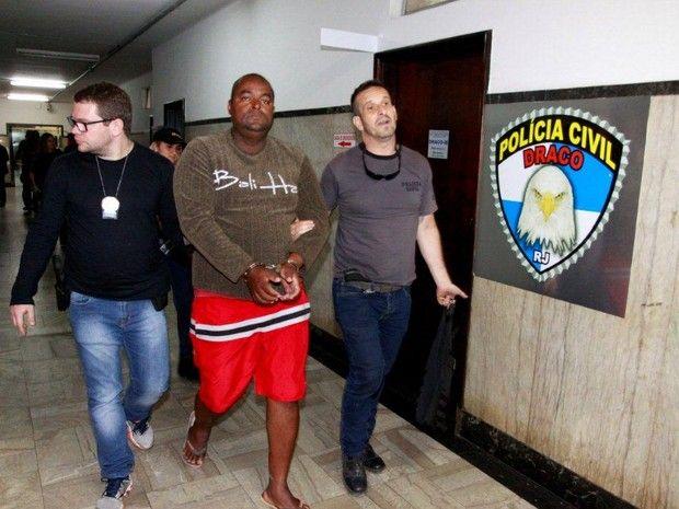 Agentes da Draco chegam com suspeitos de integrar grupo de milícia de Nova Iguaçu (Foto: Philippe Lima/ Seseg)