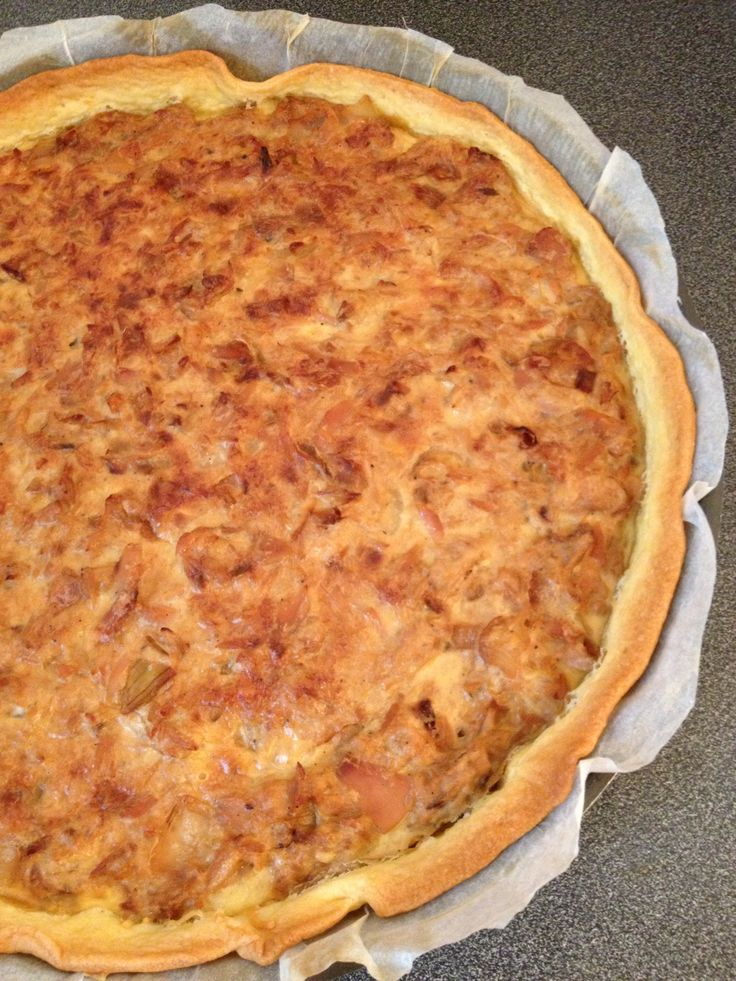 TARTE THON, OIGNONS & MOUTARDE (1 pâte feuilletée, 1 grosse boite de thon au naturel (400 g), 1 gros oignon, 2 gros œufs ou 3 petits, 20 cl de crème, 40 g d'emmental râpé, 1 c à s de moutarde, persil, sel/poivre)