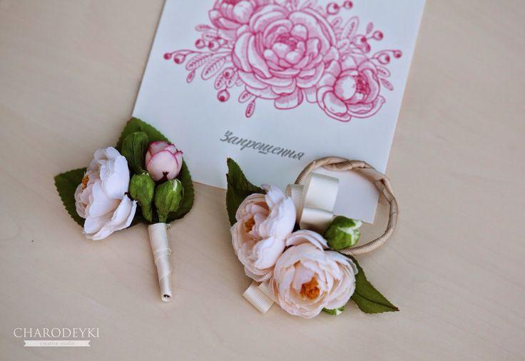 Свадебные аксессуары из тканевых цветов, а так же пригласительные от нашей студии