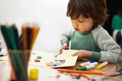Für Tafel und Straße - Kreide kann man ganz fix selber machen. Hier kommt die kinderleichte Bastelanleitung. © vision net ag