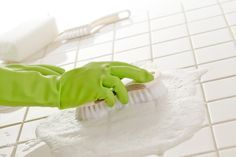 Aprenda uma solução super fácil e barata para tirar gordura e manchas no rejunte do azulejo no Blog Mara!