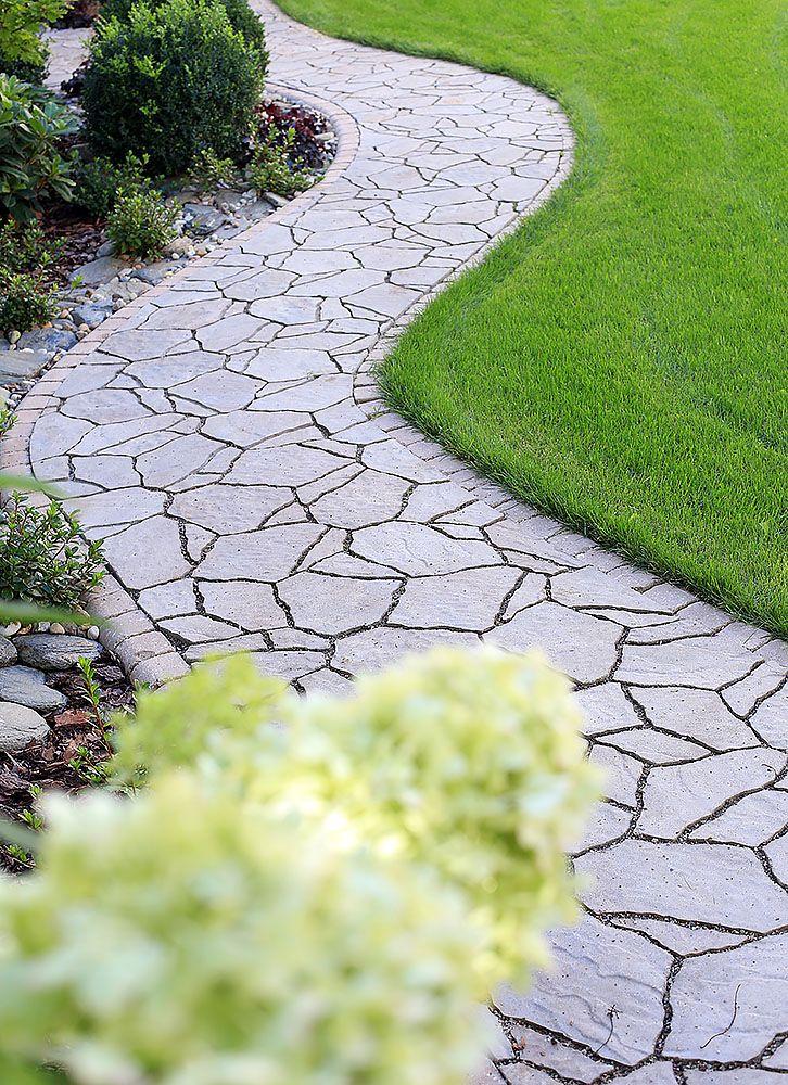 Ścieżka ogrodowa wykonana z produktów Polbruk Petra (#kostkabrukowa) i obrzeża Polbruk Canto Trapez www.polbruk.pl