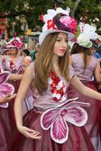 Фуншал, Мадейра - 20 апреля 2015: Танцовщицы во время парада цветок на острове Мадейра, Португалия — стоковое фото