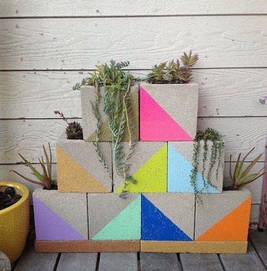 Pinte blocos de concreto e coloque plantas dentro. Uma decoração simples e bonita para ambientes externos.