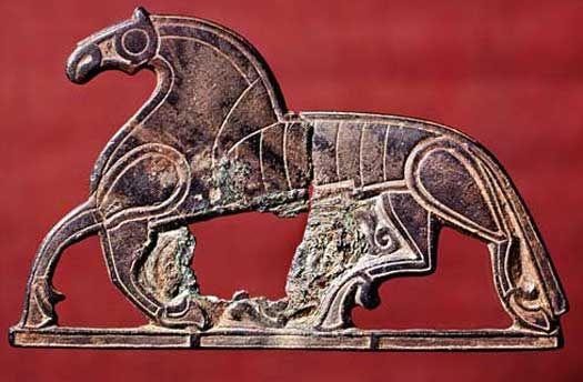 Hvor og hvornår i oldtiden blev dyrene domesticeret? Tamhesten kom først til Danmark i bronzealderen. Den spillede en vigtig rolle i oldtidens samfund, og var sandsynligvis et vigtig statussymbol. Her ses et hesteformet dragtspænde fra jernalderen fundet ved Veggerslev på Djursland.