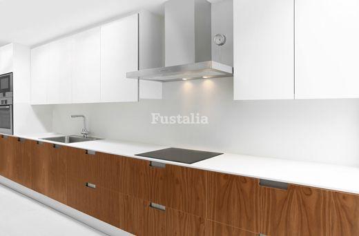 Cocina moderna de madera con encimera de silestone blanco for Encimera silestone blanco zeus