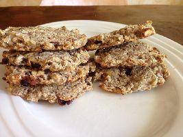Een lekkere, voedzame, voedselzandloper snack: Elitehaverkanjers, gemaakt van noten, rozijnen, havermout, bananen en kokos.