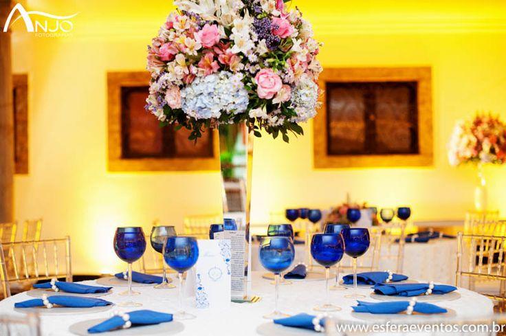 As mesas de convidados foram intercaladas em arranjos altos e baixos