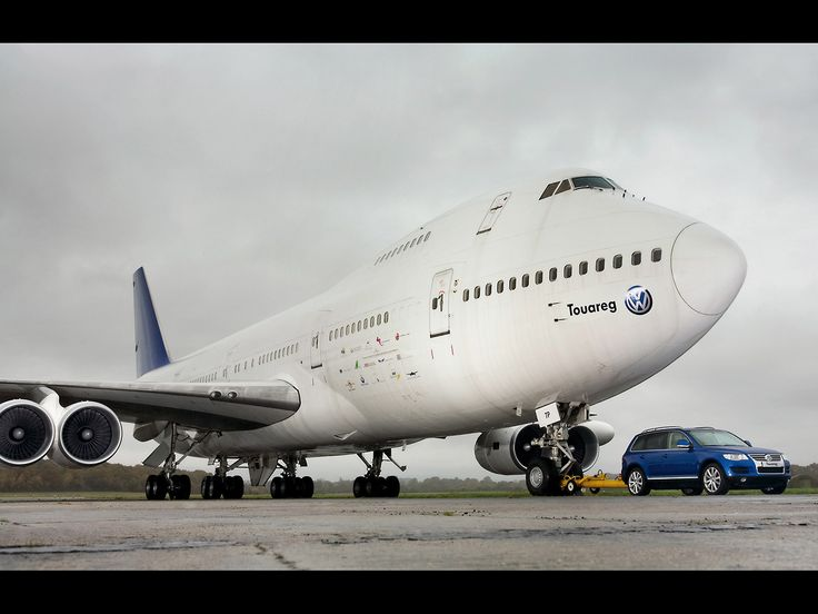 A Volkswagen Touareg V10 TDI takes a 155-ton Boeing 747 for a ride