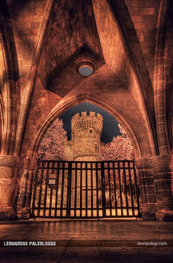 The Palace through the Arch by Leonardos Paleologos, via 500px