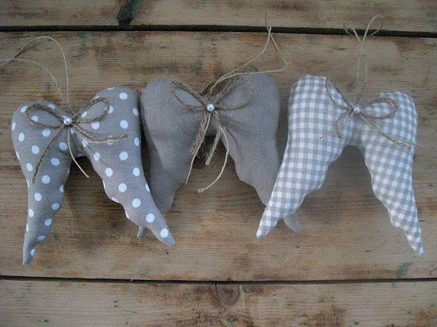 Hier habe ich drei wunderschöne Stoffanhänger in Form eines Flügels für euch gezaubert.   Aufgrund der Farben wunderschön zum shabby Stil passend. Auf Wunsch natürlich auch in anderen Farben...