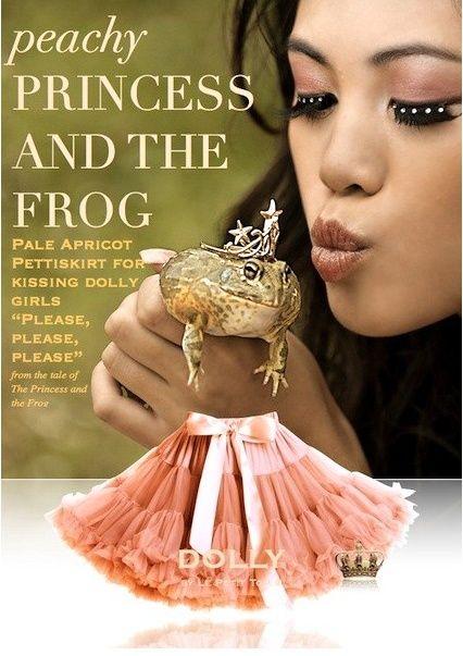 Sukně Dolly Petti Princezna a žabák Nádherná dolly sukně z pohádkové kolekce. Ta nejjemnější petti sukně z hebkého nylonu, kterou si prostě musíte zamilovat. Bohatý objem a nařasení z vás udělá dokonalou dámu, saténový pas se stuhou se přizpůsobí díky regulační gumě. Doporučujeme kombinovat s jednoduchým, hladkým topem, tričkem, krátkým sáčkem, džínovou či koženou bundičkou, jako botky můžete zvolit boty na podpatku, kozačky či tenisky - fantazii se meze nekladou a vždy bude váš outfit…