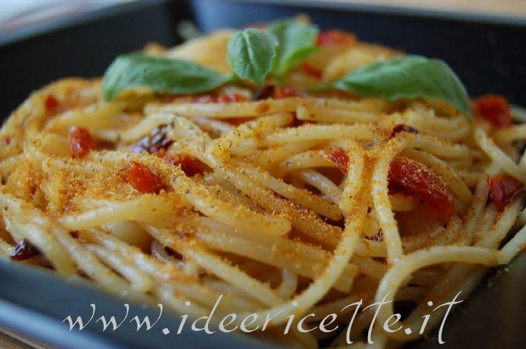Primo piano spaghetti aglio olio peperoncino con bottarga e ciliegino semisecco