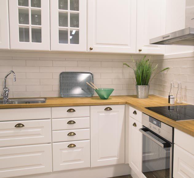 Klassiskt kök, med vitt kakel 10x30. Trä bänkskiva