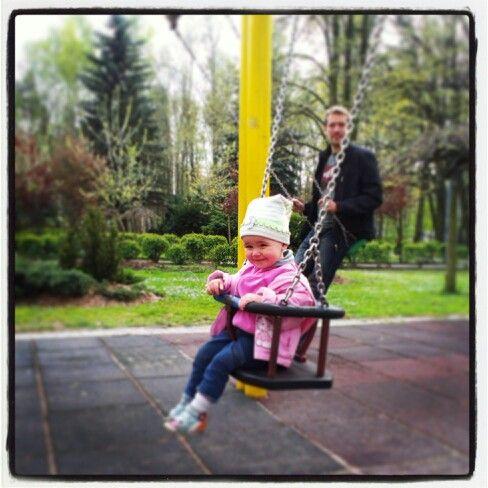 Nasz park:-) Dwoje na huśtawkach...