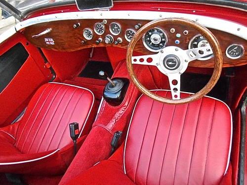 wnętrze samochodu Austin Healey z kierownicą po prawej stronie