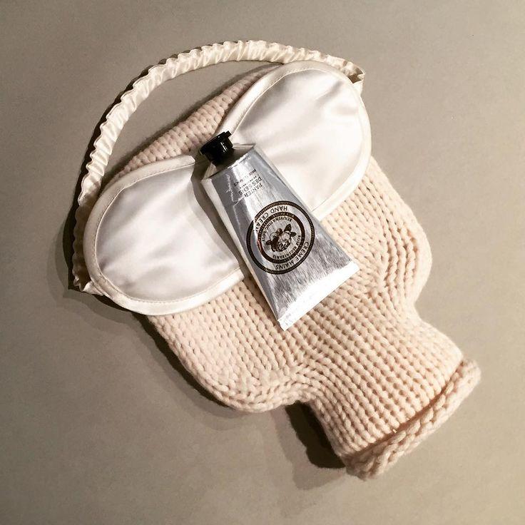 BUTTERFLY | Reise Wärmflasche aus Kaschmir & Schlafbrille aus Seide von #KatrinLeuze ✈️ | Rose Handcreme von #PanierDesSens 🌹. | #BeautyAndStyleHamburg #Klosterstern #040
