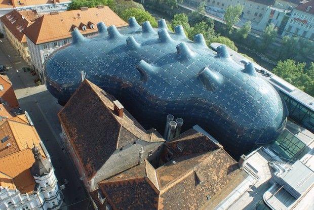 Situé en plein coeur historique de la ville autrichienne de Graz, sur la rive ouest de la rivière Mur, le Kunsthaus est un centre d'art dont l'architecture organique et étrange lui a valu le surnom de « gentil alien ».    Cette structure est un véritable pont entre l'historique et le moderne, il joue un rôle important pour la ville et offre plus de 2 500 m2 d'espace généreusement disposés pour des expositions d'art contemporain et divers évènements.