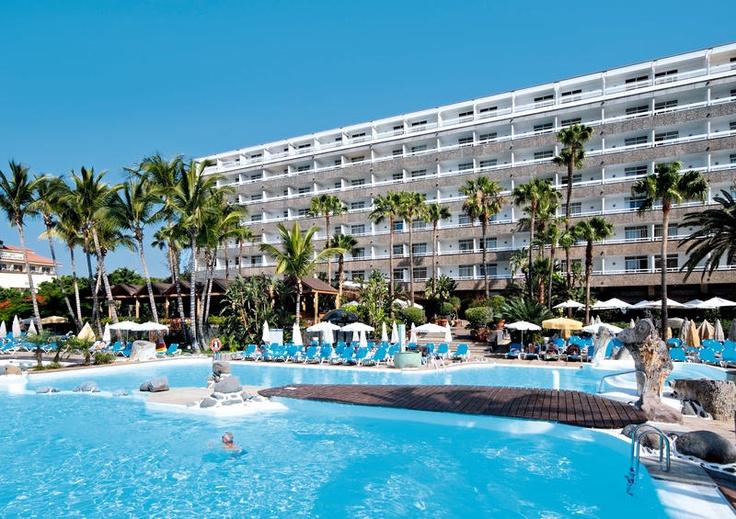 Het 4 sterren hotel IBEROSTAR Costa Canaria biedt u 2 zwembaden in een ruime tuin en diverse sporten en massagemogelijkheden.  In het restaurant geniet u van de gevarieerde maaltijden en 2 keer per week is dit in diverse themas.  Het hotel is uitstekend gelegen, direct aan het strand en aan de promenade van San Agustin. Comfortabel hotel met tropische tuinen die tot aan het strand van San Agustin rijken. Officiële categorie ****